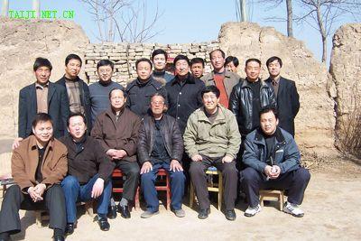 李忠及弟子与慰问团成员合影