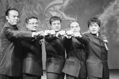 武林大会联盟的4家俱乐部老总与主办方负责人(中)