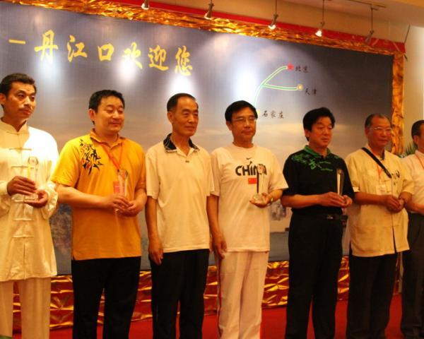 17、张山(左3)为名人名家表演金奖获得者颁奖