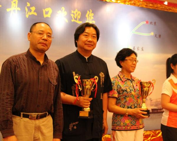 18、武当社长刘洪耀(左1)为朱永金颁奖