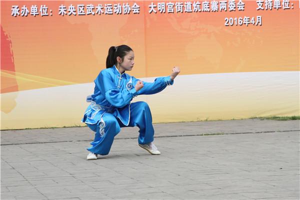 活动现场习武小姑娘表演的拳术虎虎生风