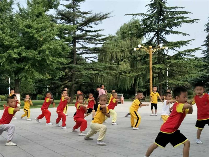 4、8月4日谭高鹏武馆在河滨公园表演